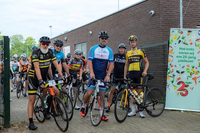 Fanatieke fietsfanaten in actie tijdens jubileumevent